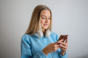 Spotify Tips and Tricks : A woman listening to music on her phone